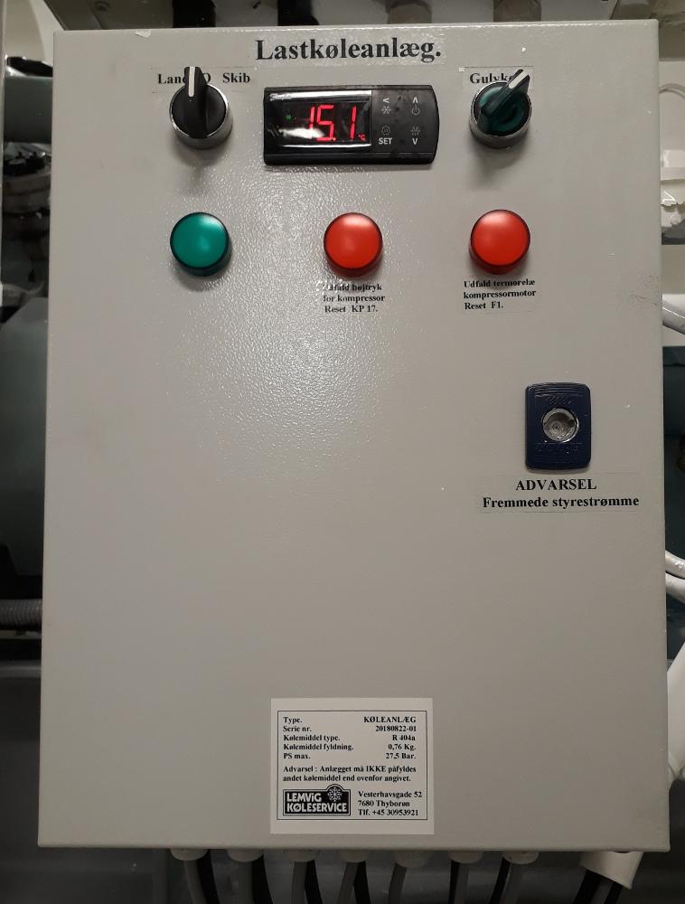 El tavle set forfra med betjening, styring af gulvtemperatur, drift og fejllamper.